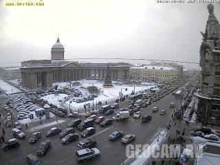 Веб-камера показывает вид на Казанский собор с Невского проспекта в Санкт-П