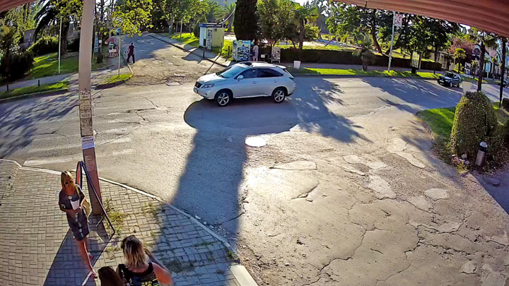 Webcam at the crossroads along Abazgaa street, 47/1: pedestrian crossing at the crossroads in Gagra