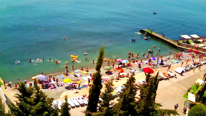 Dolphin Boathouse webcam in Alushta: view of the beach and piers
