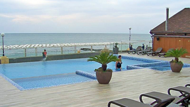 Webcam by the swimming pool of the hotel «Flamingo», Adler