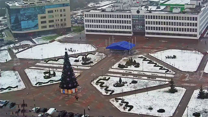 Webcam nearby the administration building of the Moscow district of Brest: New Year Tree