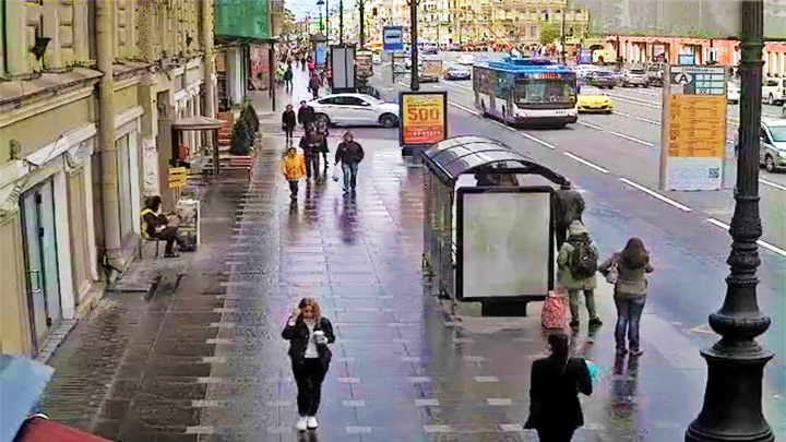 Nevsky Prospekt Webcam: bus stop on Nevsky Prospekt