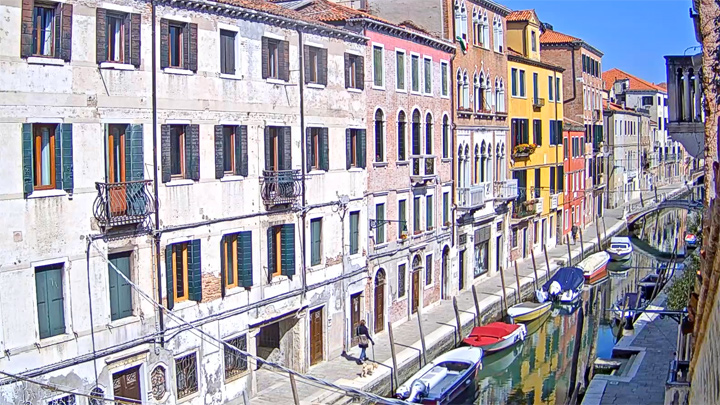 Webcam on the Rio de San Barnaba canal embankment, Venice