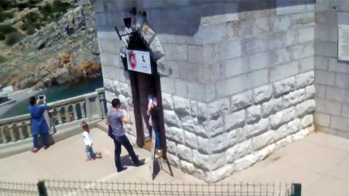 Webcam of the castle «Swallow's Nest»: tourists in the Swallow's Nest